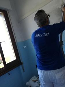Esperto certificato Domei mentre lavora per eliminare le muffe in un bagno