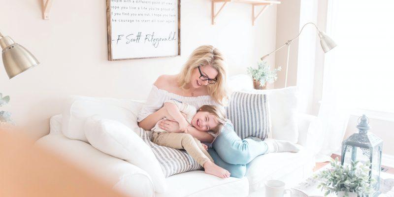 Foto mamma felice con il figlio soggiorno senza muffa