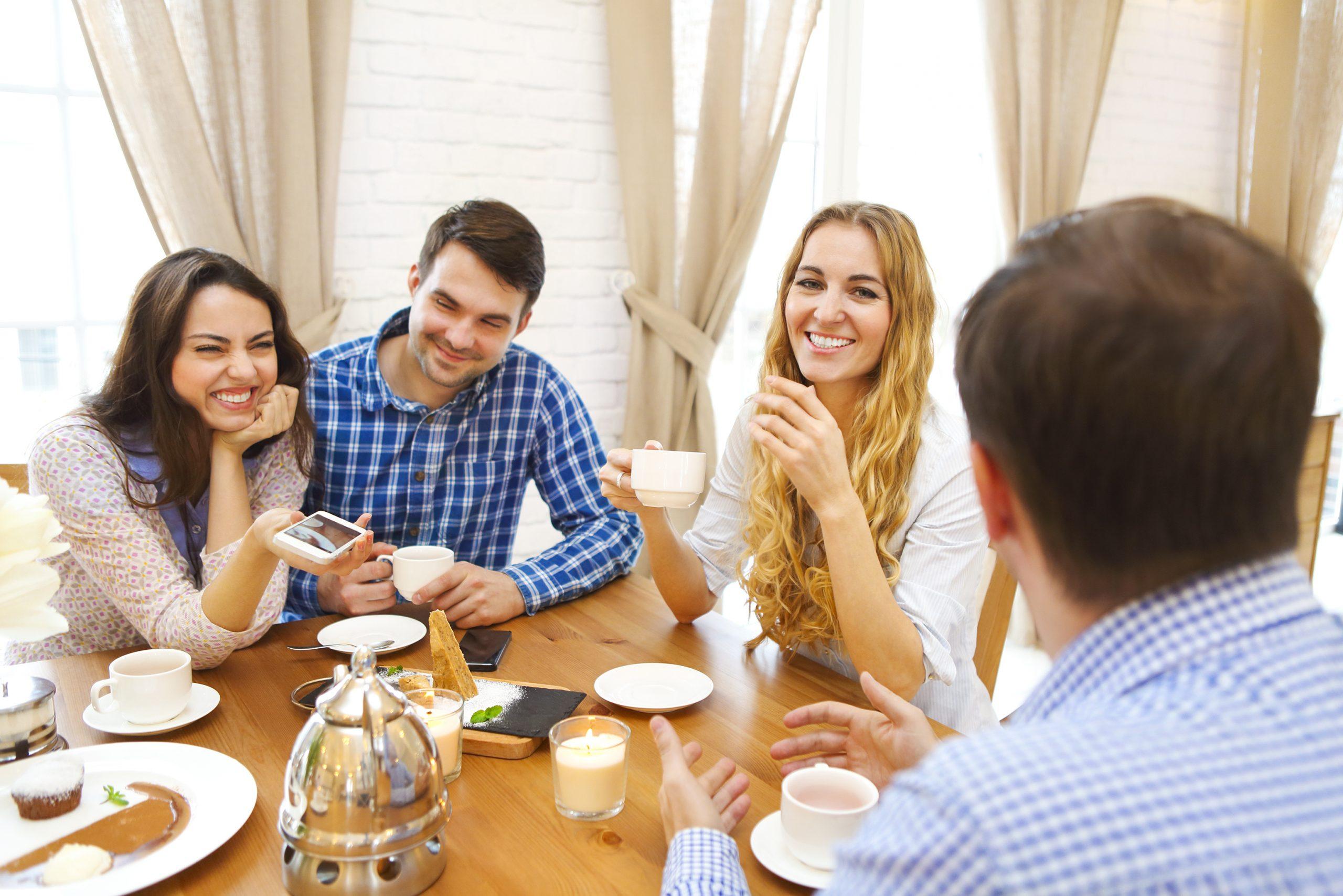 Foto tavola con ospiti sorridenti no muffa